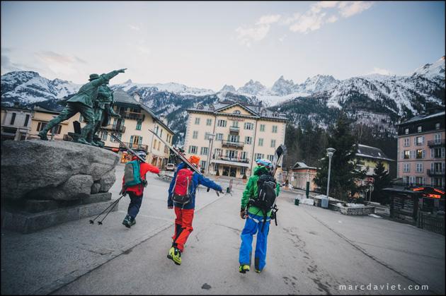 Le guide Jacques Balmat indiquant le sommet du Mont-Blanc à Glen Plake