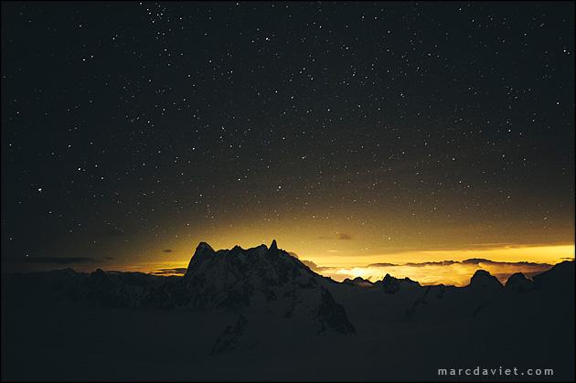 Nuit étoilée au dessus des Jorasses et de la Dent du Géant.