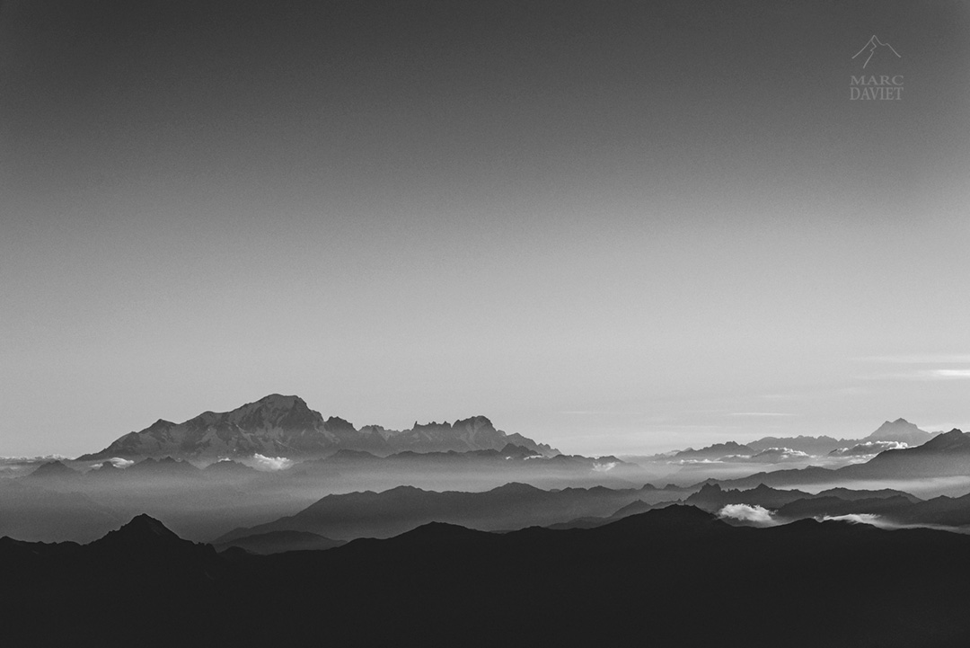 Lueurs matinales sur le Mont-Blanc depuis les Aiguilles d'Arves.
