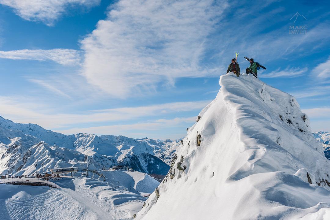 Enak Gavaggio et Kilian Jornet contemplent l'Aiguille Rouge du haut de leur promontoire.