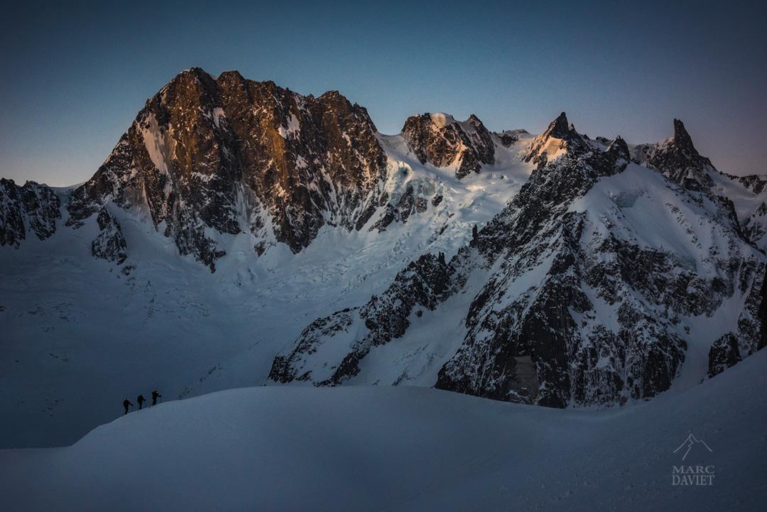 La magie du Massif du Mont-Blanc avec les premières lueurs sur les Grandes-Jorasses.