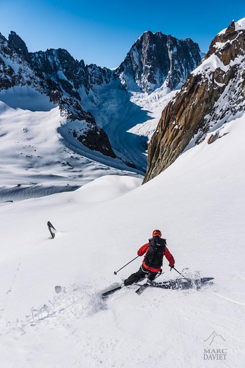 Descente à ski avec les Grandes-Jorasses en toile de fond!