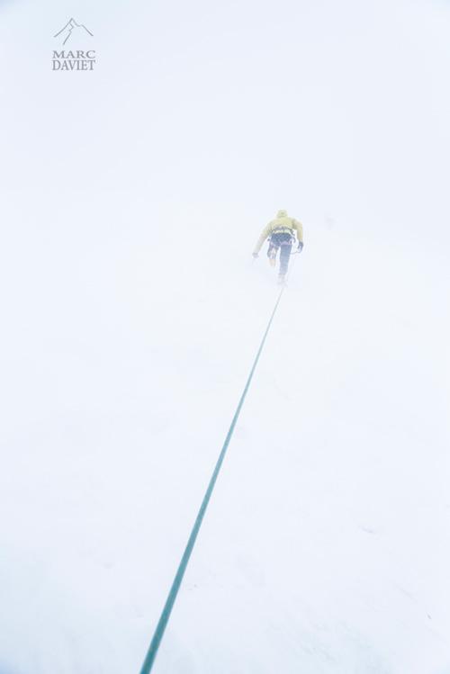 Photo d'un alpiniste dans la tempête.