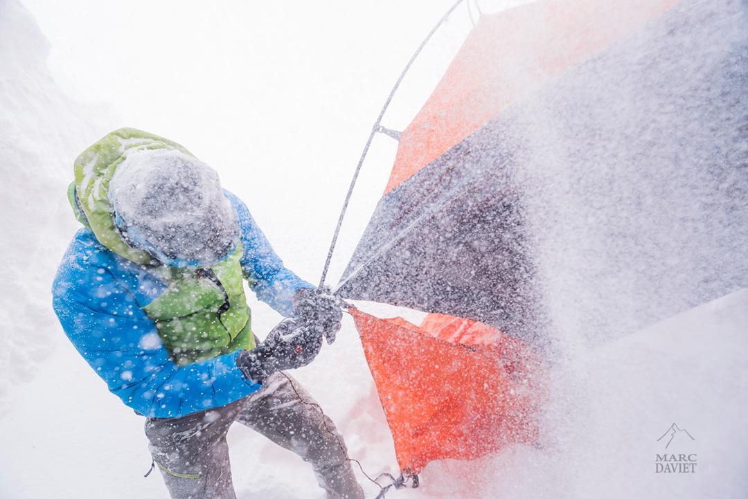 Et François Cazzanelli pendant celle du montage de tente.