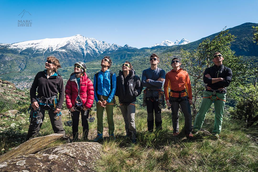 L'équipe au grand complet observe la falaise et les différentes lignes.