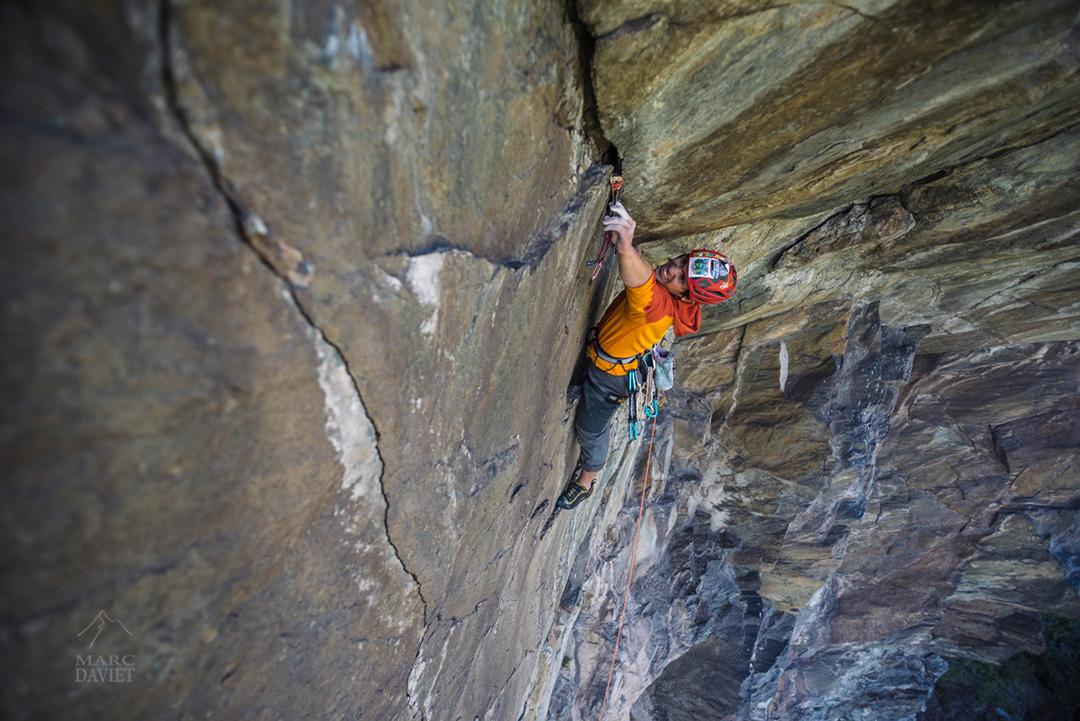Allan en bon grimpeur américain ne se trompe pas sur la taille de son friend...