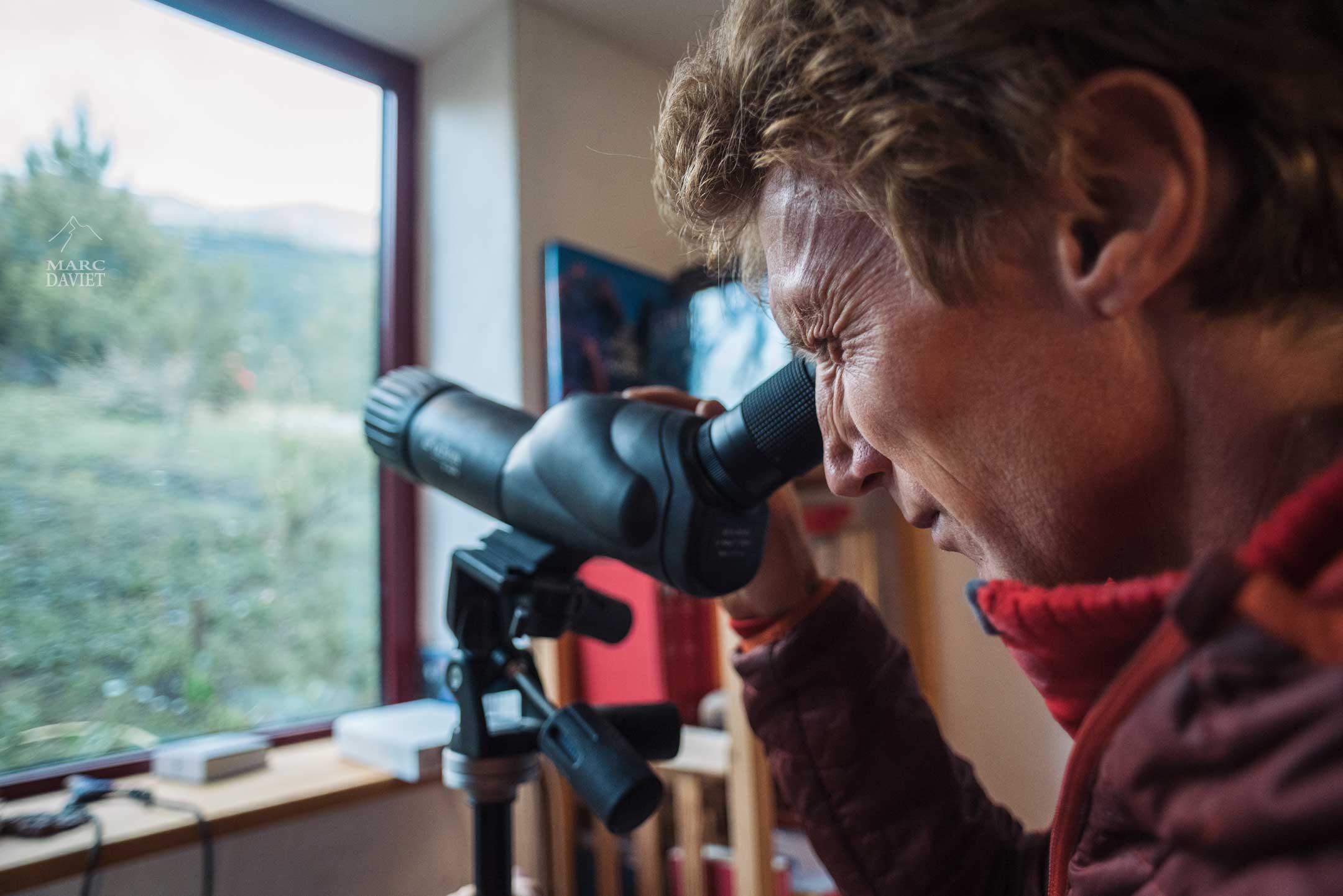 Arnaud surveille les grimpeurs sur la falaise de Ceüze