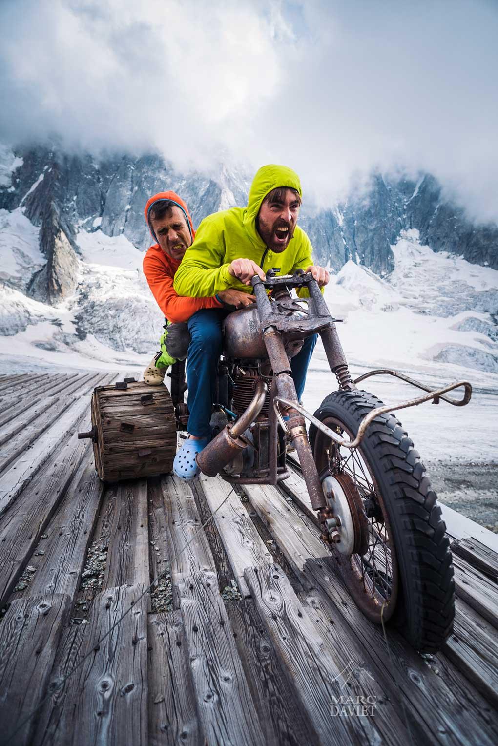 Christophe et Sean sur leur moto infernale